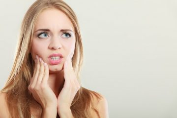 что делать и когда обратиться к стоматологу, если после удаления зуба болит десна, в том числе и при беременности
