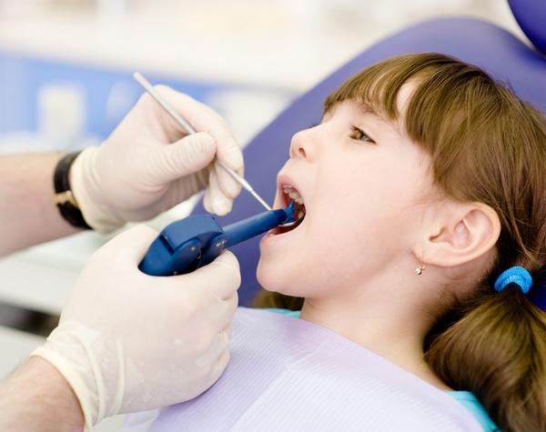 фото проведения фторирования зубов