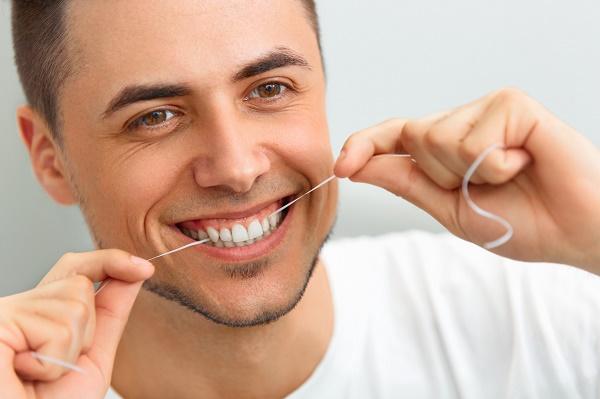 нужно пользоваться зубной нитью