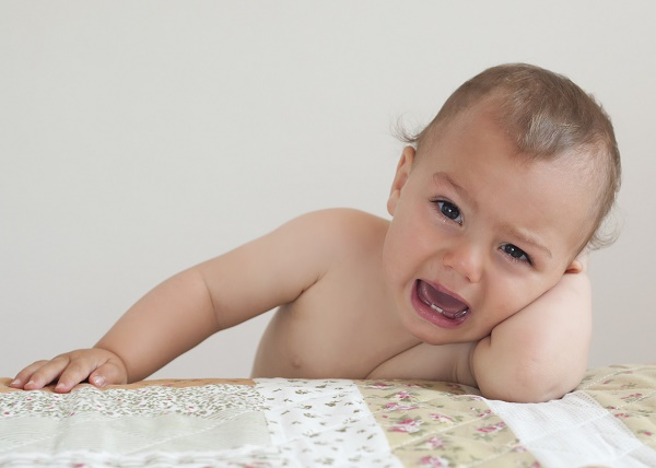 плаксивость ребенка может быть симптомом прорезывания зубов