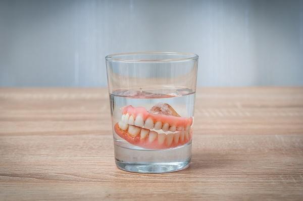 какие зубные протезы нужно хранить в воде