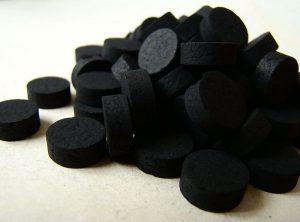 активированный уголь может окрасить язык в черный цвет