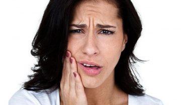 щелкает челюсть при открытии рта, из-за чего так происходит