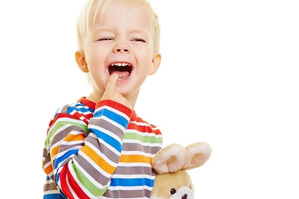 что делать, куда девать первый выпавший молочный зуб