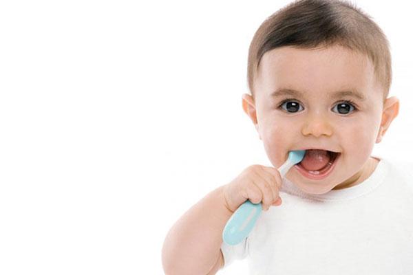сколько зубов должно быть у ребенка в 1 год, фото