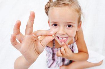когда и какие молочные зубы выпадают у ребенка