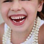 со скольки лет выпадают молочные зубы