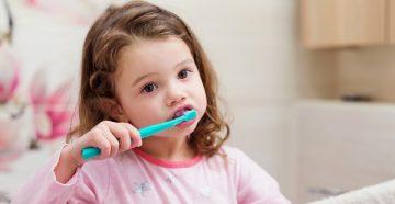 когда родителям можно начинать чистить зубы ребенку, со скольки лет нужно делать это самому