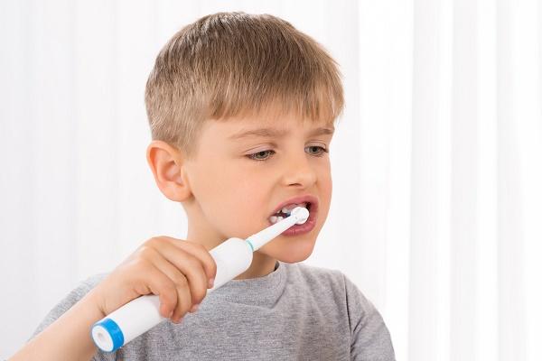 мальчик чистит 8-9 лет чистит зубы электрической щеткой