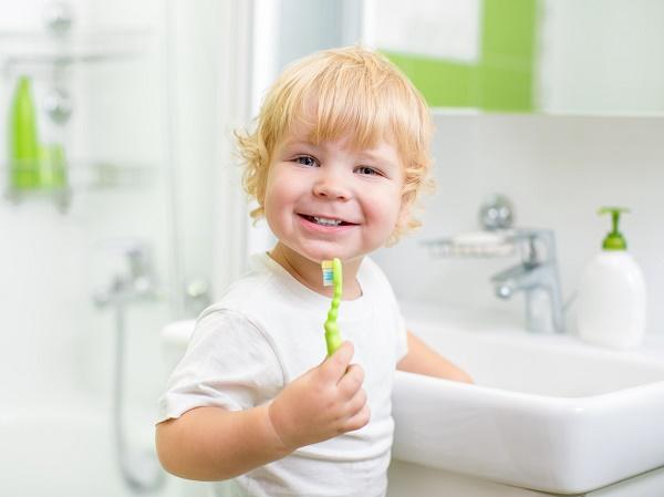 малыш в 2 года чистит зубы сам
