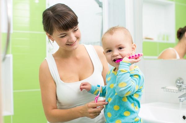 в каком возрасте начинать чистить зубы ребенку, как правильно это делать