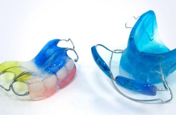 из каких материалов должны изготавливаться зубные протезы для детей